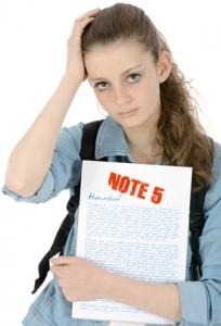 Schülerin betrübt wegen schlechter Note
